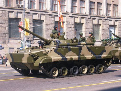 구경 100mm 주포와 30mm 기관포를 갖춘 러시아의 BMP-3 장갑차. 무게 18.7t에 최고속도는 시속 72km