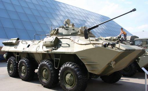 러시아의 BTR-90 8륜 장갑차. 30mm 포와 7.62mm 기관총으로 무장한 이 장갑차는 최고 시속 100km로 달린다.