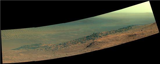 ▲오터튜니티 착륙선이 화성의 '엔데버 크레이터' 서쪽에 위치한 '워튼 산마루'를 촬영해 지구로 전송해 왔다.[사진제공=NASA]