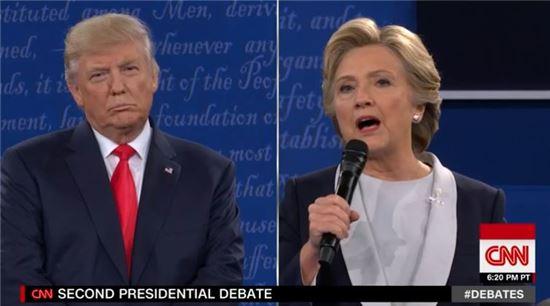 미국 대통령 선거를 앞두고 열린 제 2차 TV토론에 나선 도널드 트럼프(왼쪽)과 힐러리 클린턴.(CNN 캡처)
