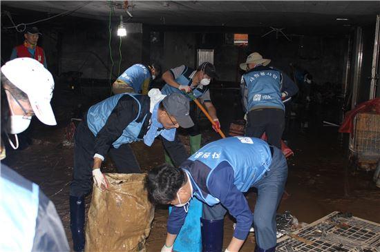 9일 울산시 중구 우정동에 위치한 우정시장에서 IBK기업은행 직원들이 태풍피해 복구 봉사활동을 하고 있다. (사진 : 기업은행)