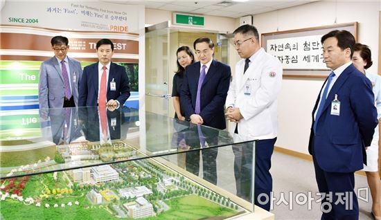 김형준 병원장(오른쪽에서 2번째)이 화순전남대병원의 입체모형을 보며 손현우 주광주 중국총영사에게 설명하고 있다.