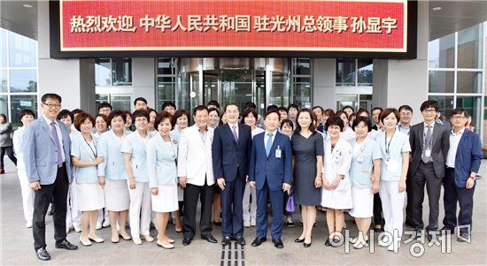 손현우 주광주 중국총영사 부부가 화순전남대병원 임직원들과 기념촬영하고 있다.