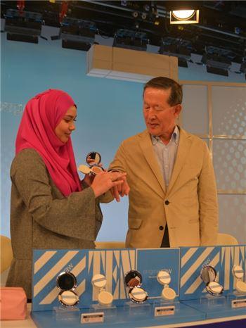 ▲허창수 GS 회장이 GS홈쇼핑의 말레이시아 합작 법인  'GO SHOP' 홈쇼핑 스튜디오를 방문해 우리나라 중소기업 '국제P&B'가 수출한 쿠션 파운데이션 '오리지널 로우(original raw)' 제품이 인기리에 판매되고 있는 현장을 직접 확인하고 있다.