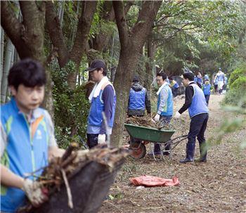 남경필 경기지사와 경기도청 자원봉사자 120명이 울산광역시를 찾아 태풍 피해지역에서 봉사활동을 펼치고 있다.