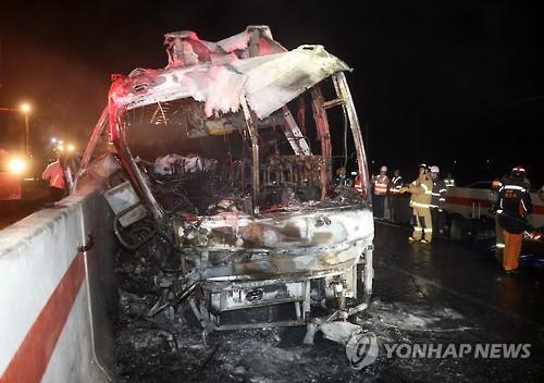 경부고속도 언양분기점에서 경주 IC 방향 1km 지점에서 화재가 발생한 관광버스, 사진제공=연합뉴스