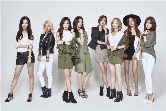 소녀시대 멤버들이 베이비지 시계를 착용하고 기념촬영을 하고 있다.