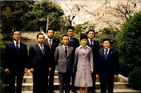 사진 가운데 박정희 대통령, 그 오른쪽이 박근혜 대통령, 사진 왼쪽에서 두번째가 차지철 당시 청와대 경호실장.