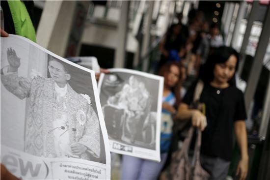 [포토]국왕 영면 소식 알리는 태국 신문