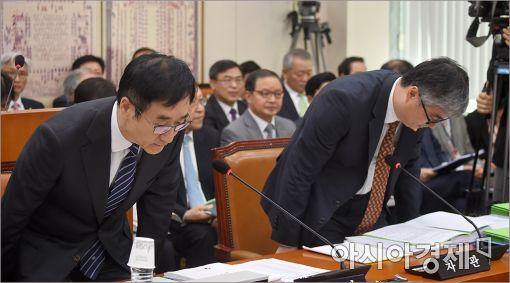 [포토]고개숙인 이석준 교육부 장관
