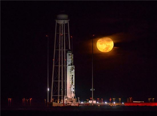 ▲지난 17일 발사 직전 '시그너스' 호가 달을 배경으로 서 있다.[사진제공=NASA]