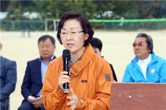 신연희 강남구청장이 제12회 강남구협회장기 족구대회에 참석, 인사말을 하고 있다.