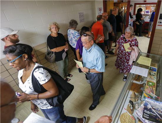 ▲유권자들이 조기투표를 위해 줄을 서서 기다리고 있다. (EPA=연합뉴스)