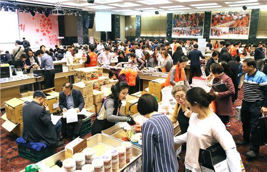 18일 오전 서울 여의도 중소기업중앙회에서 열린 '2016 중소기업 사랑나눔 바자회'를 찾는 고객들이 제품을 둘러보고 있다.