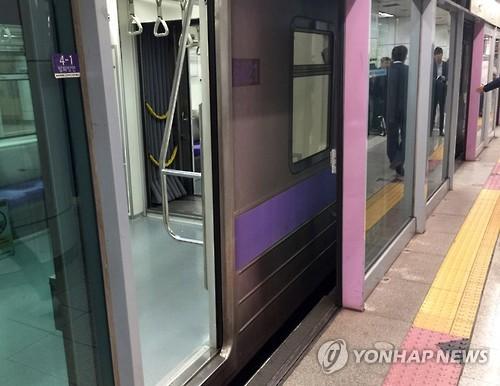 19일 오전 스크린도어 사고로 30대 남성이 사망한 지하철 5호선 김포공항역 현장 (사진=연합뉴스)