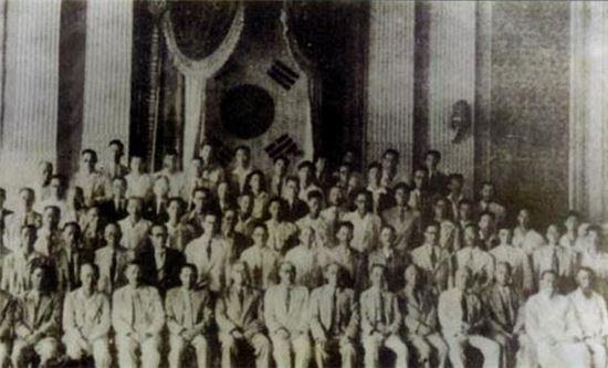 일제강점기 친일파 청산을 위해 조직된 반민족행위특별조사위원회(반민특위) 발족 기념사진. 1948년 10월 23일 국회에서 1차위원회를 소집한 뒤 촬영됐다.
