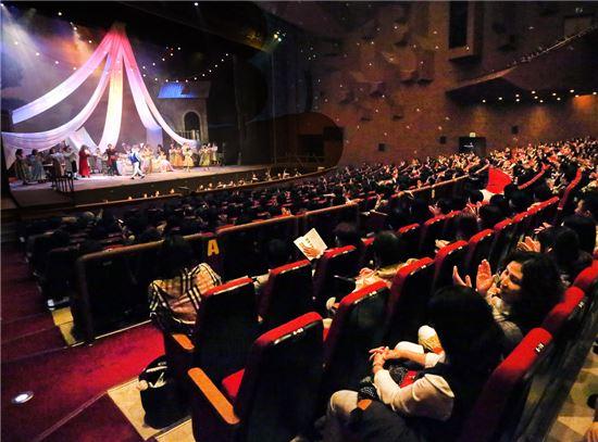 지난 20일 경남 창원시 의창구 성산아트홀 대극장에서 열린 BNK경남은행의 '지역민을 위한 오페라(사랑의 묘약) 관람 행사'에서 관람객들이 오페라를 보고 있다. 사진제공=BNK경남은행