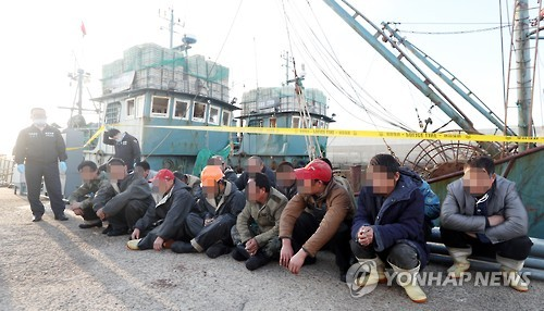 불법조업 중 검거된 중국어선 선원들. 사진 출처 = 연합뉴스