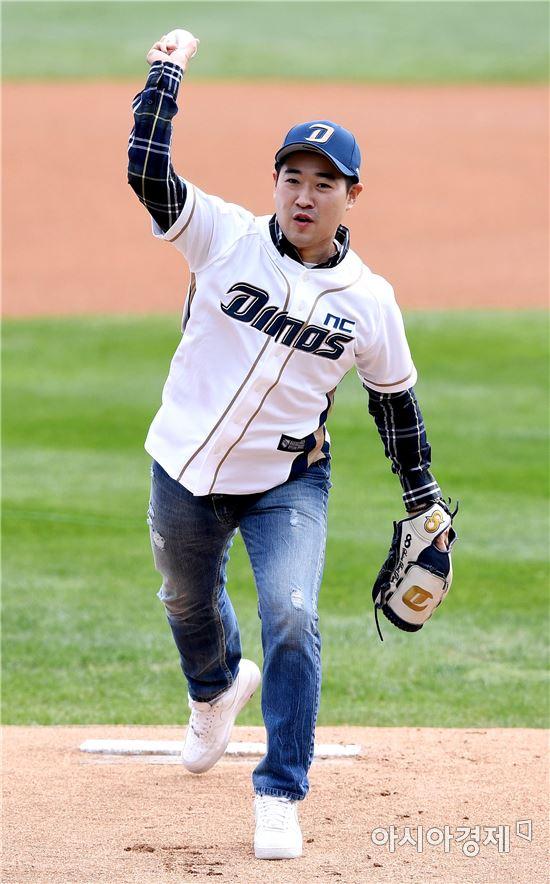 [포토]시구하는 리우올림픽 은메달리스트 김종현