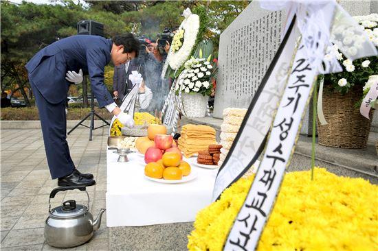 정원오 성동구청장이 21일 오전 성수대교 붕괴 사고 22주기를 맞아 거행된 희생자 합동위령제에서 헌화를 하고 있다.