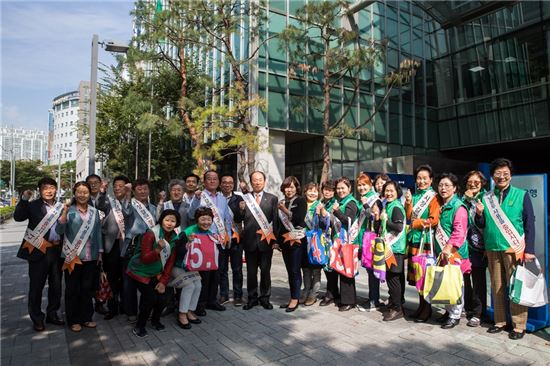 폐현수막 활용 장바구니 나눔을 통해 '일회용 비닐봉투 사용 줄이기' 캠페인에 나선 새마을부녀회원들