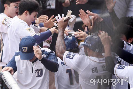 [포토]박석민 홈런에 환호하는 NC 더그아웃