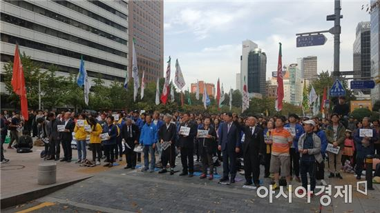 22일 오후 서울 청계천 광통교 근처에서 백남기 투쟁본부 등 시민들이 모여 백남기 추모대회를 진행하고 있다.
