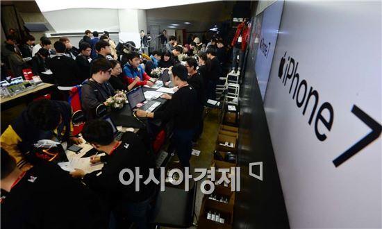 애플 '아이폰7' 시리즈가 출시된 지난 21일 오전 소비자들이 제품을 구매하고 있다.