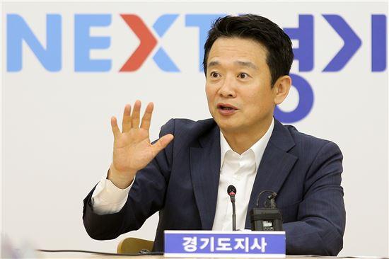 남경필 경기지사가 지진관련 긴급대책회의를 주재하고 있다.