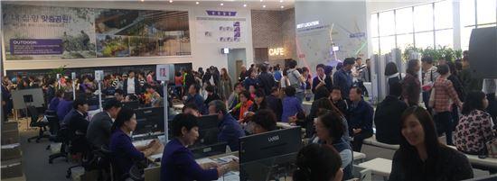 아시아드 코오롱하늘채 견본주택에서 방문자들이 청약상담을 기다리는 모습(자료:코오롱글로벌)