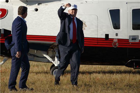 """[포토]주먹 들어올린 트럼프…""""반드시 승리를"""""""