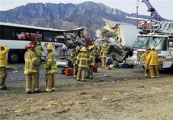 [포토]美추돌사고로 반파된 버스…최소 13명 사망