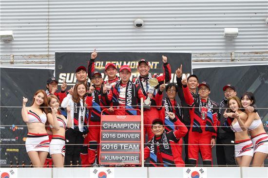 올해 시즌 챔피언인 정의철 선수(가운데)와 이데 유지 선수(가운데 좌측 뒤편), 김진표 감독(가운데 우측 뒤편)을 비롯한 엑스타 레이싱팀.