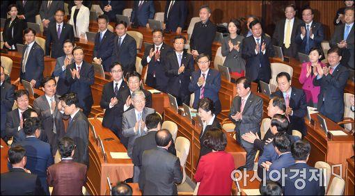 朴대통령 연설에 與 의원들만 23번 박수…개헌론 환영