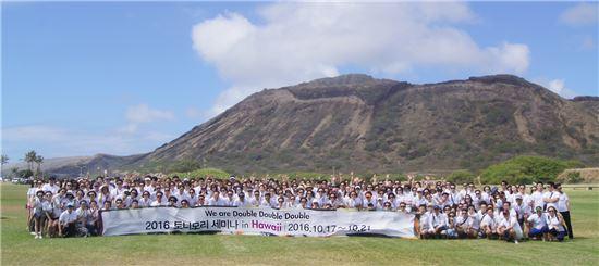 토니모리 임직원과 가맹점주 400여명이 지난 17일부터 21일까지 5일간 하와이 호놀룰루에서 진행된 비전 세미나에 참석 후 기념촬영을 하고 있다.