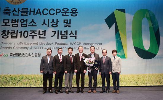 카길애그리퓨리나 축산물 HACCP 운용 모범업소 선정식에서 정진남 김해공장 공장장(왼쪽 세번째)이 김진만 원장(가운데) 등과 함께 기념 촬영을 하고 있다.