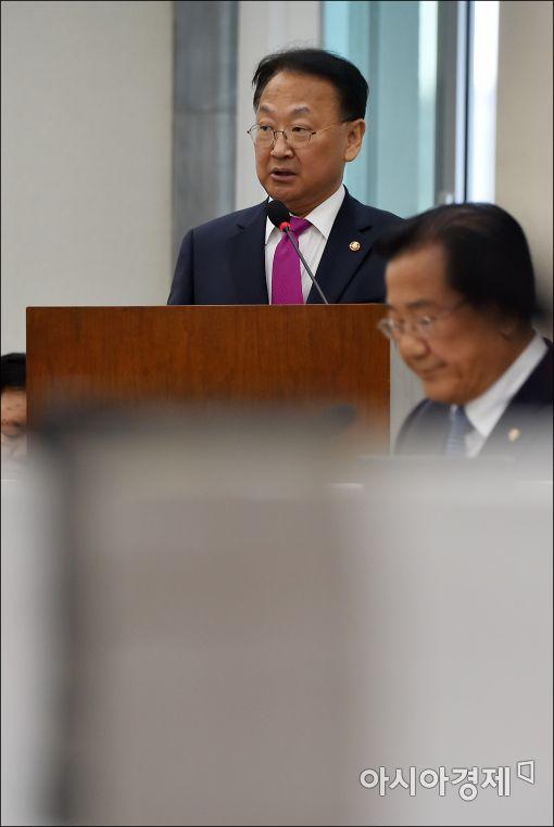 [포토]유일호 부총리, 새해 예산안 관련 보고