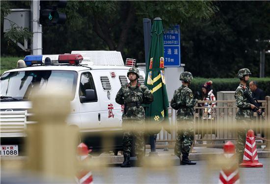 ▲천안문 광장 앞에서 경계를 서고 있는 중국 경찰. (EPA=연합뉴스)