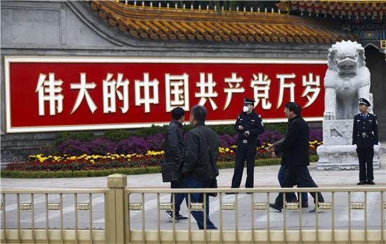 ▲천안문 광장에서 경계를 서고 있는 중국 경찰 앞을 행인들이 지나쳐가고 있다. (EPA=연합뉴스)