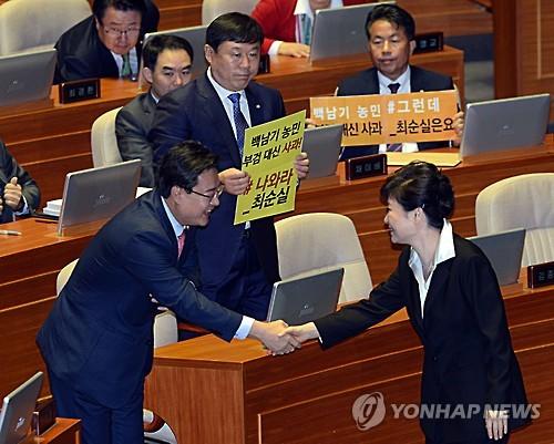 피켓 시위하는 김종훈 무소속 의원, 사진=연합뉴스 제공