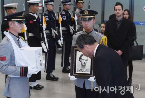 [포토]프랑스 참전용사 유해봉환식 참석한 박승춘 처장