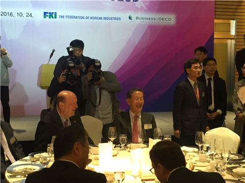 ▲24일 서울 여의도 전경련센터에서 열린 'OECD 가입 20주년 기념만찬'에 참석한 허창수 전경련 회장.