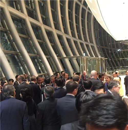 ▲허창수 전경련 회장(사진 가운데) 24일 서울 여의도 전경련회관에서 열린 'OECD 가입 20주년 기념 만찬' 참석자들과 대화를 나누고 있다.