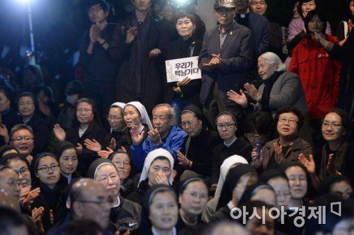 [포토]'촛불문화제 참여하는 시민들'