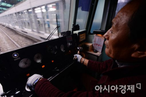 대체 기관사 박모씨가 25일 오전 인천행 전철을 운전하고 있다. 문호남 인턴기자 munonam@