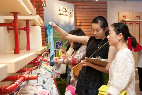 중국 알로앤루 매장에서 현지 소비자들이 제품을 살펴보고 있는 모습.