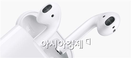 """무선 이어폰 '에어팟' 출시 임박…팀 쿡 """"수주 내 출시"""""""
