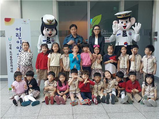 어린이 안전체험관에서 포돌이, 포순이와 기념사진을 찍고 있는 어린이들