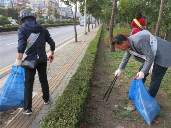 구리시민들이 담배꽁초 줍기 자원봉사활동을 펼치고 있다.