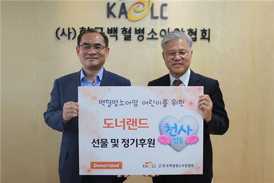 도너랜드가 한국백혈병소아암협회와 소아암 어린이 지원을 위한 정기후원 협약을 체결했다. 오른쪽은 김주영 도너랜드 대표, 왼쪽은 최재성 한국백혈병소아암협회 기획사업국장(사진=도너랜드 제공)